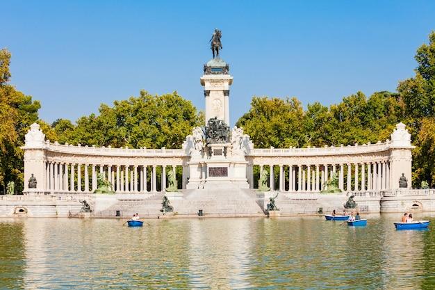 Monumento ad alfonso xii nel parco del buen retiro, uno dei più grandi parchi della città di madrid, spagna. madrid è la capitale della spagna.