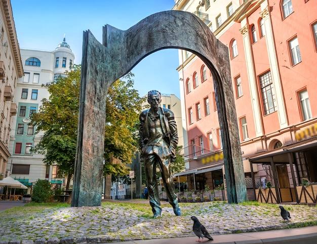 Monumento a bulat okudzhava sull'arbat a mosca in una mattina d'estate