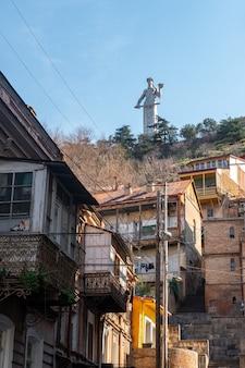 Il monumento al famoso simbolo georgiano qartlis deda