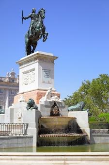 Monumento a felipe iv (aperto nel 1843) in plaza de oriente a madrid