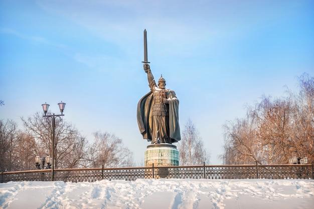 Monumento a ilya muromets in un parco in inverno
