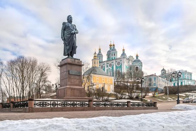 Monumento a kutuzov vicino alla cattedrale dell'assunzione a smolensk sotto il cielo blu di primavera