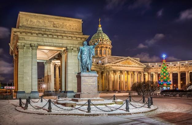 Monumento a kutuzov vicino alla cattedrale di kazan a san pietroburgo in una notte d'inverno e l'albero di capodanno