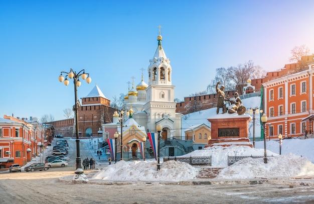Monumento a minin e pozharsky e la chiesa della natività di giovanni battista vicino alle mura del cremlino di nizhny novgorod