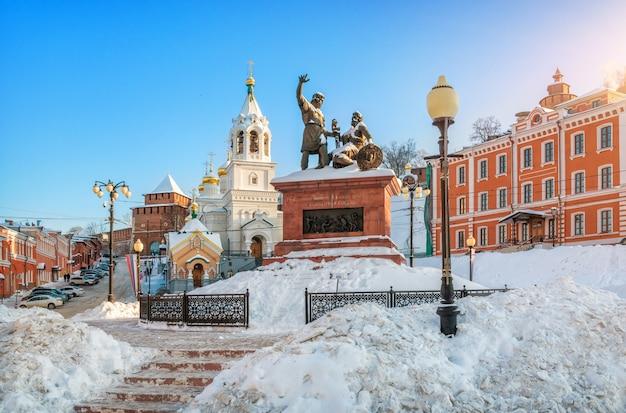 Monumento a minin e pozharsky e la chiesa vicino alle mura del cremlino di nizhny novgorod