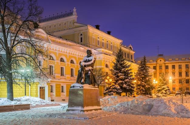 Monumento vicino al teatro drammatico di nizhny novgorod in inverno