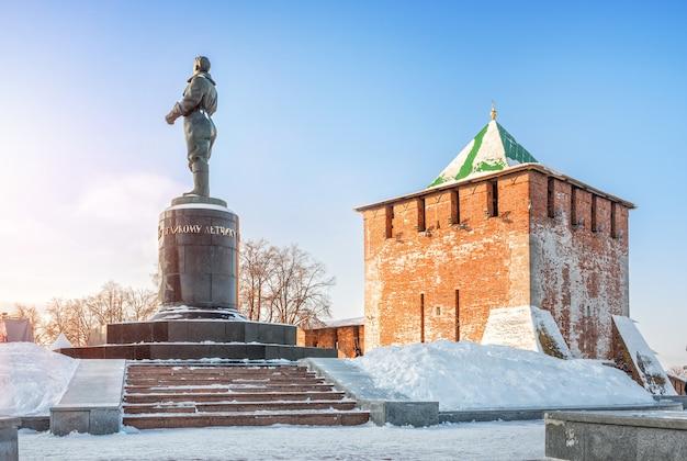 Monumento al pilota chkalov e torre di san giorgio del cremlino di nižnij novgorod