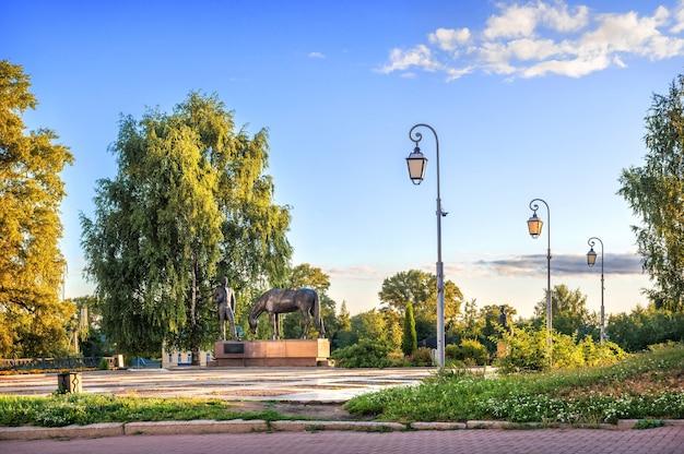 Monumento al poeta batyushkov e un cavallo al cremlino nella città di vologda in una mattina di inizio estate. didascalia: monumento a batyushkov