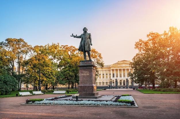 Monumento a pushkin e piccioni su di esso in piazza delle arti accanto al museo russo in una mattina d'autunno a san pietroburgo