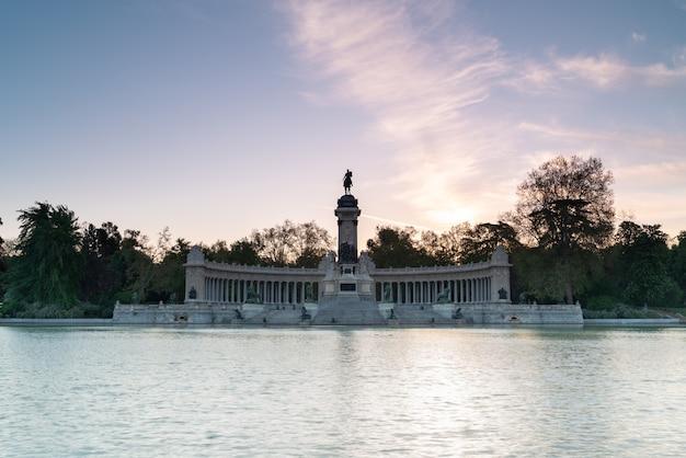 Monumento al re spagnolo afonso xii, nel parco del retiro a madrid, spagna.