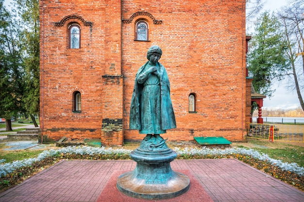 Monumento a tsarevich dmitry vicino alle antiche camere del cremlino uglich all'inizio della mattina d'autunno