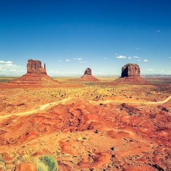 Monument valley sotto il cielo blu, usa.