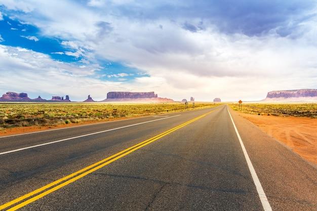 Monument valley road andando all'orizzonte