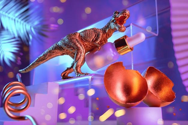 Composizione monumentale con dinosauro, uovo, olio cosmetico per il viso con passerelle, scale, foglie di palma e forme geometriche nei colori blu e oro, concetto di bellezza.