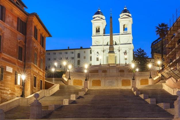 Scalinata monumentale piazza di spagna, vista da piazza di spagna e la chiesa di trinità dei monti durante l'ora blu mattutina, roma, italia.