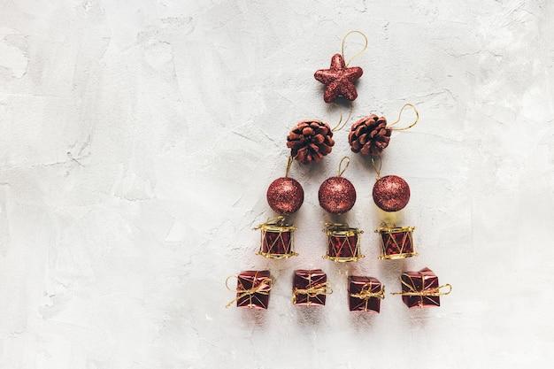 Moody vacanze invernali sfondo rosso e bianco con decorazioni per le vacanze. backround astratto festivo. celebrazione di natale, concetto di festa di capodanno