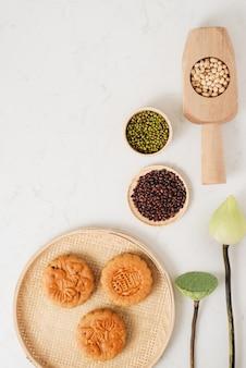 Torta della luna dolce tradizionale del vietnamita - festival cinese di metà autunno. il testo sulla torta significa felicità.