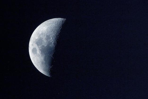 La luna è in fase calante su uno sfondo scuro elementi di questa immagine fornita dalla nasa