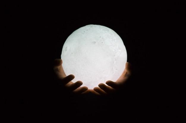 Luce della luna in mano notte