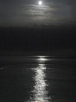 Modo della luna sul mar nero nella città di sochi, capitale del gioco olimpico 2014, russia.