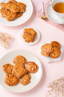 I biscotti mooncake sono piccoli snack dolci che sono come lo strato esterno del mooncake