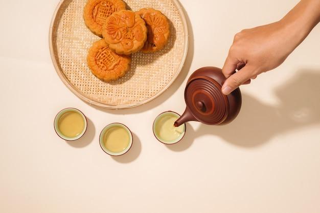 Mooncakes, dolci vietnamiti tradizionalmente consumati durante il mid-autumn festival. il testo sulla torta significa felicità.