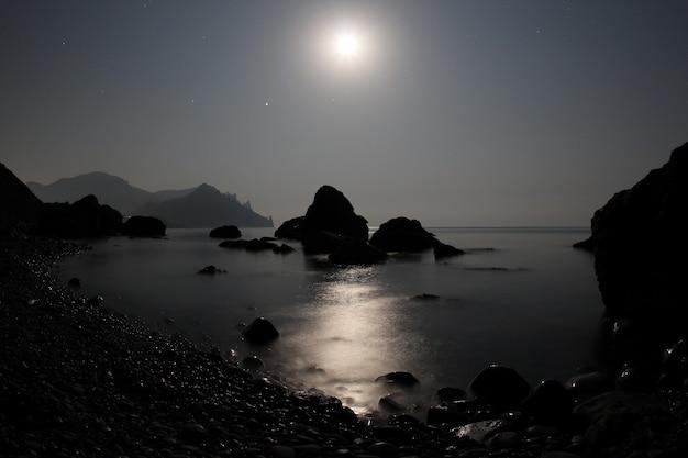 Il chiaro di luna risplende sul mare