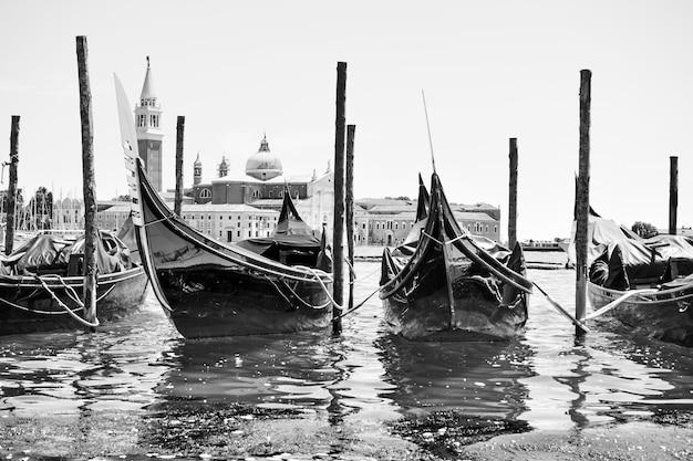 Primo piano attraccato delle gondole a venezia, italia. immagine in bianco e nero