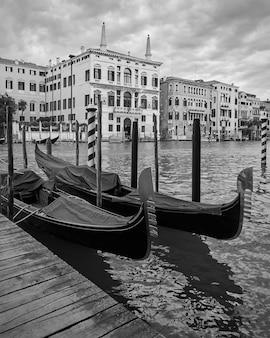 Gondole ormeggiate sul canal grande a venezia, italia. veduta veneziana in bianco e nero