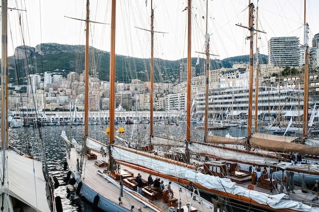 Vecchie navi ormeggiate a monaco