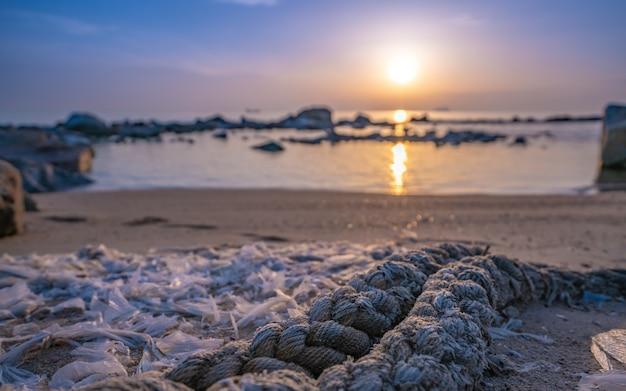 Corda di ormeggio legata sulla spiaggia di sabbia