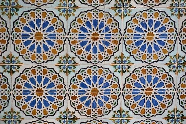 Piastrelle in ceramica moresca nelle pareti di un palazzo. sevilla, andalusia, spagna.