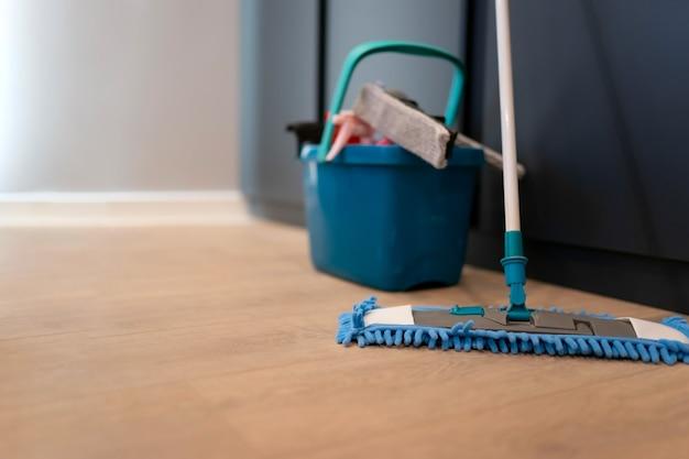 Mop e secchio con prodotti per la pulizia
