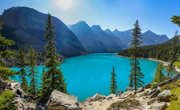Moraine lake bellissimo paesaggio in estate giornata di sole mattina. parco nazionale di banff, montagne rocciose canadesi, alberta, canada