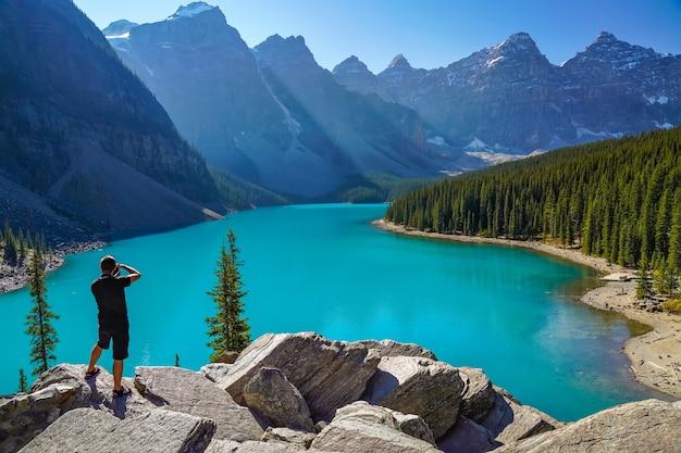 Moraine lake rockpile trail in estate giornata di sole mattina, turisti che scattano foto sullo splendido scenario.