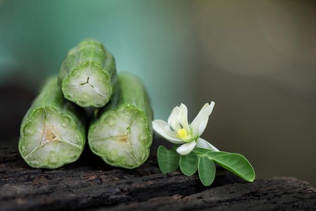 Moringa foglie verdi, frutta e fiori sulla natura.