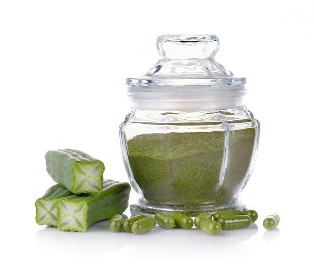 Vaso di vetro delle erbe di moringa su bianco