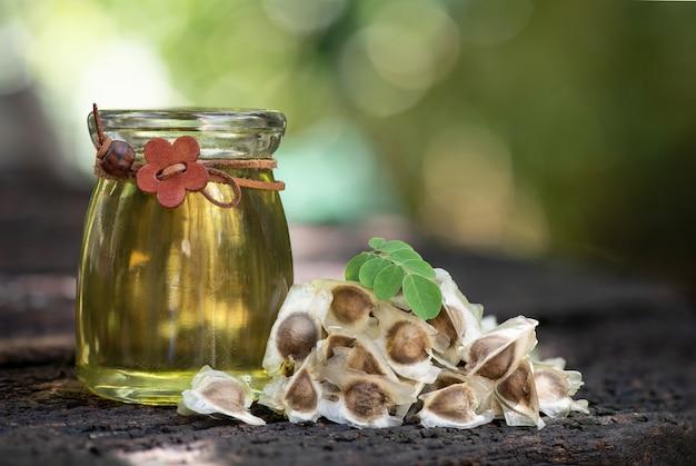 Semi di moringa e olio sulla natura.
