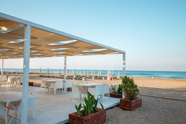 Mattinata in spiaggia, bar in spiaggia. concetto di viaggio, riposo, camminata sulla nave.