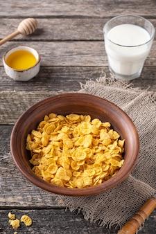 Colazione mattutina con cornflakes, latte e miele
