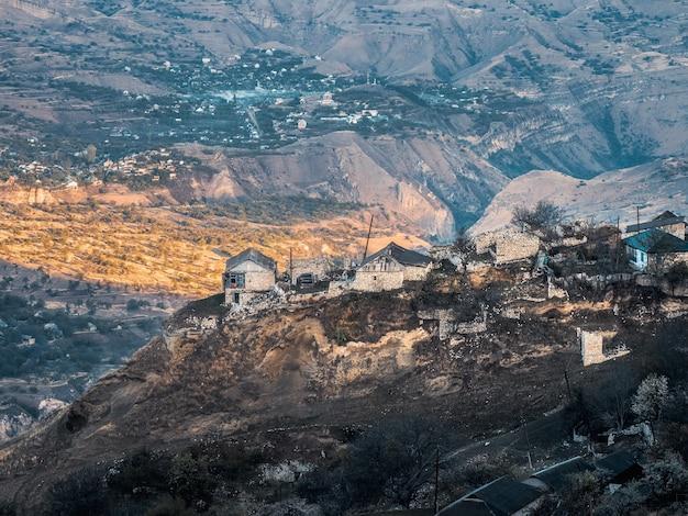 Mattina città sulla roccia. autentico villaggio di montagna del daghestan. gola di matlas. daghestan. russia.