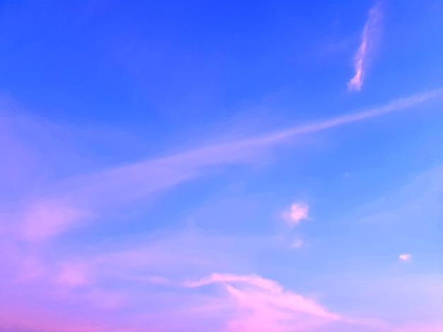 Nuvole mattutine negli sfondi del cielo