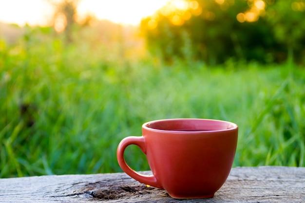 Tazza di caffè mattutina sul tavolo di legno all'alba