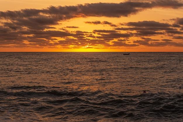 Mattina alba alba sul mar nero