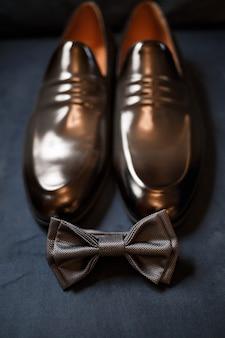 Dettagli mattutini di uno sposo alla moda con scarpe in pelle