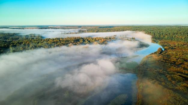 Nebbia mattutina sul fiume beresina all'alba. nebbiosa mattina d'autunno in campagna.