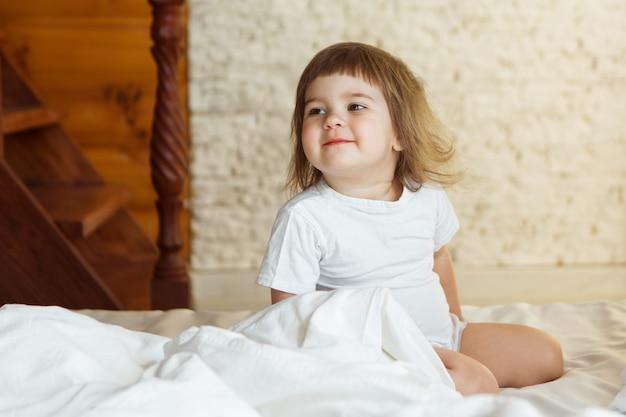 Mattina ragazze i bambini che giocano a letto svegliandosi da un sogno mi sono appena svegliato