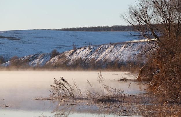Nebbia mattutina sul fiume primaverile