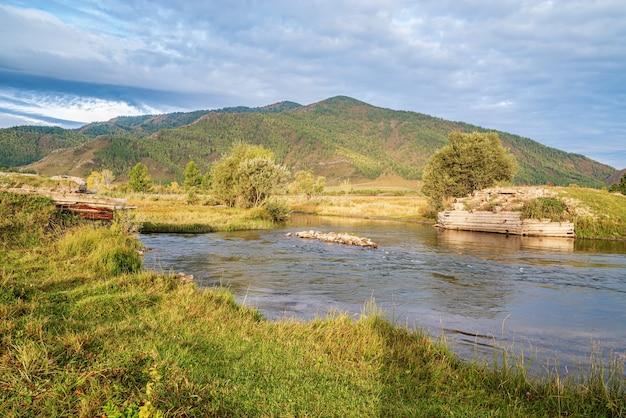 Paesaggio di montagna di mattina con un fiume. autunno nella valle del fiume karakol, montagne di altai, russia