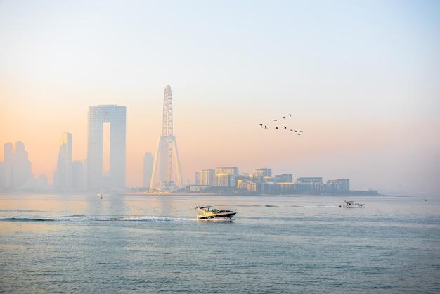 Panorama mattutino del porto turistico di dubai all'alba con barche in mare